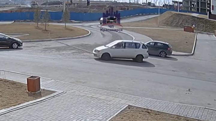 Водитель сбил столб посреди дороги и уехал