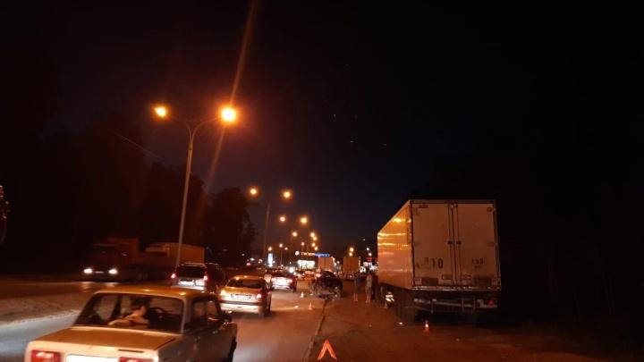 В ГИБДД рассказали подробности аварии «Ниссана» с двумя фурами на Бердском шоссе