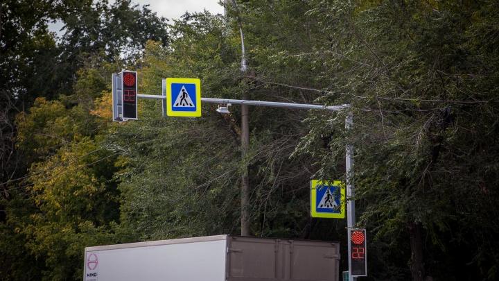 В Ленинском районе водитель грузовика врезался в опору светофора