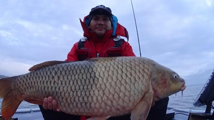 Дмитрий признался, что впервые поймал такую крупную рыбу, хотя рыбалкой увлекается с детства