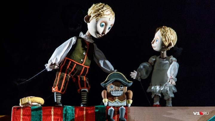 Мышиный король в черном кабинете: в кукольном театре Волгограда вчетвером шипели на Щелкунчика