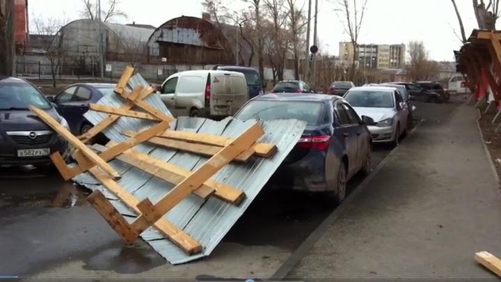 На стройке на Юго-Западе часть забора снесло ветром на три машины