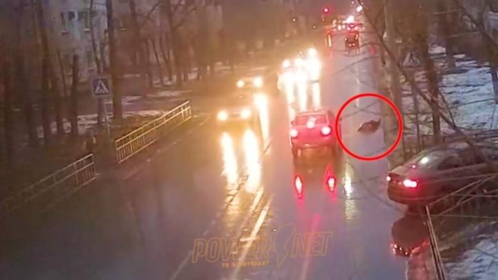 Развела руками и уехала: в Волжском женщина на легковушке сбила школьницу, ДТП попало на видео