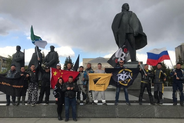 Участники пробега сфотографировались на площади Ленина, а потом поехали по музеям и на Монумент Славы