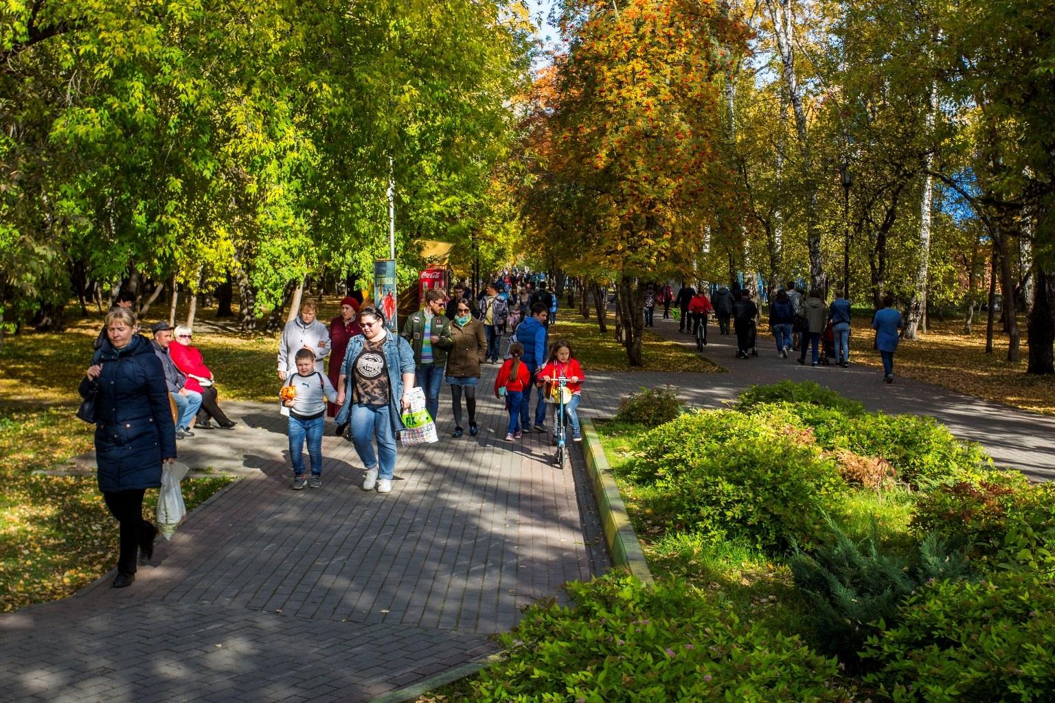 Лето, прощай: 12 фото, как новосибирцы проводят самый тёплый день октября