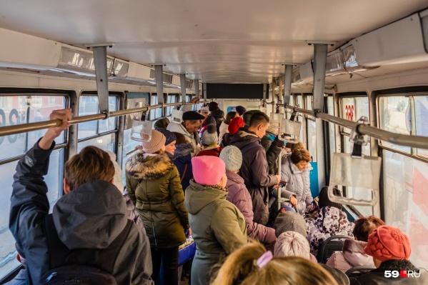 До 1 февраля пермяки будут ездить в трамваях и автобусах по прежней цене в 20 рублей