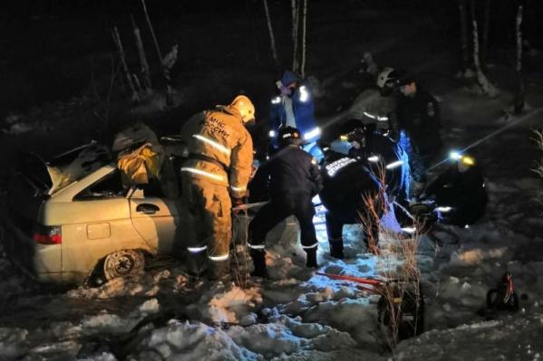ВАЗ-2112 влетел в прицеп лесовоза и оказался полностью разбит