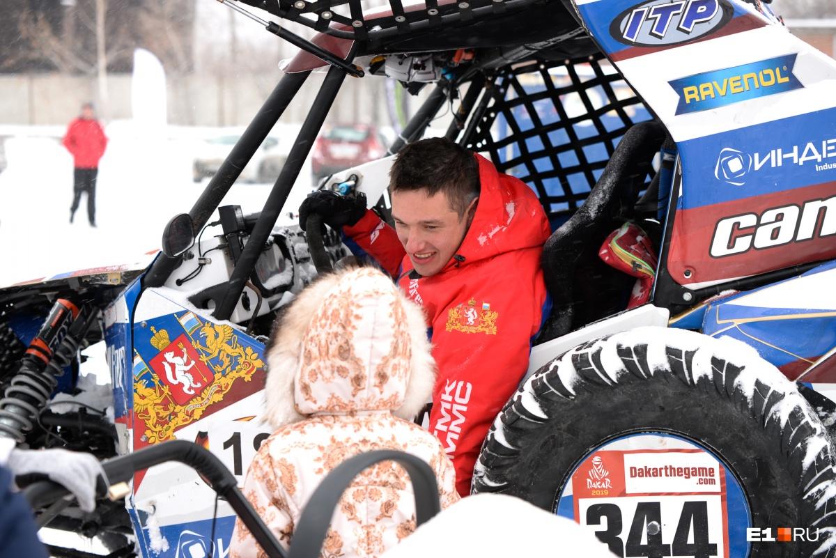 «Это захватывает дух»: на гонках по Верх-Исетскому пруду Сергей Карякин прокатил желающих на багги