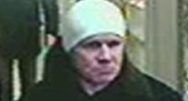 В Екатеринбурге по фото ищут мужчину, который избил и ограбил женщину у станции Шарташ