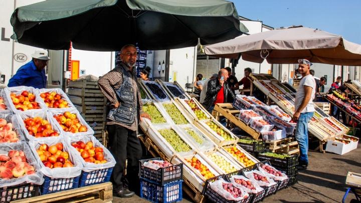 «Такой помидор нигде не купишь, брат»: репортаж с самого дешёвого рынка Новосибирска