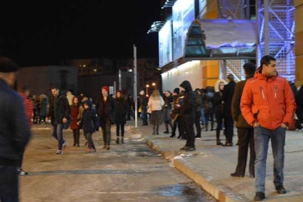 Посетителей вывели на улицу