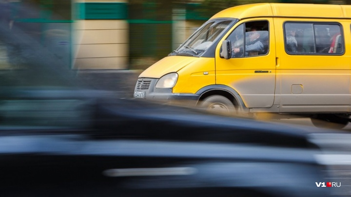 «В них страшно и опасно»: волгоградцы попросили убрать разваливающиеся на дороге маршрутки