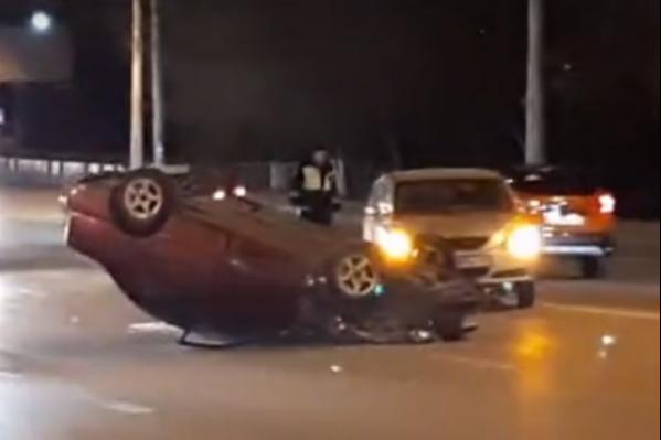Автомобиль отлетел от удара и перевернулся на крышу