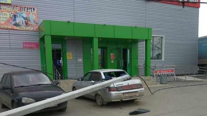 «Не выдержал объявлений»: в Башкирии фонарный столб придавил два автомобиля