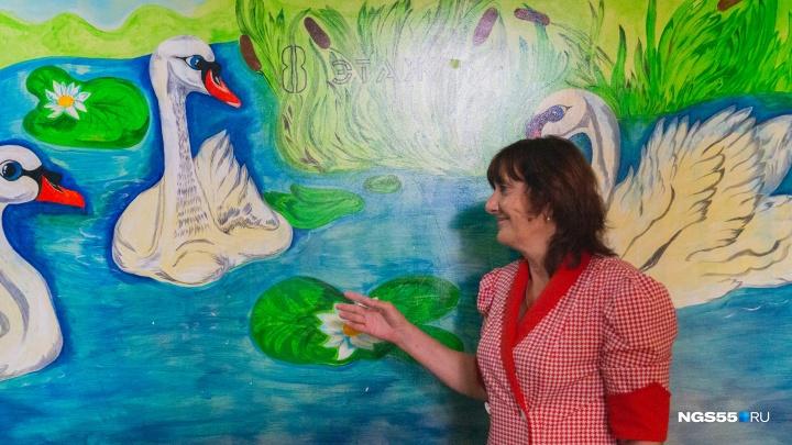 Галерея на восьмом этаже: омская пенсионерка за свой счёт начала расписывать подъезд