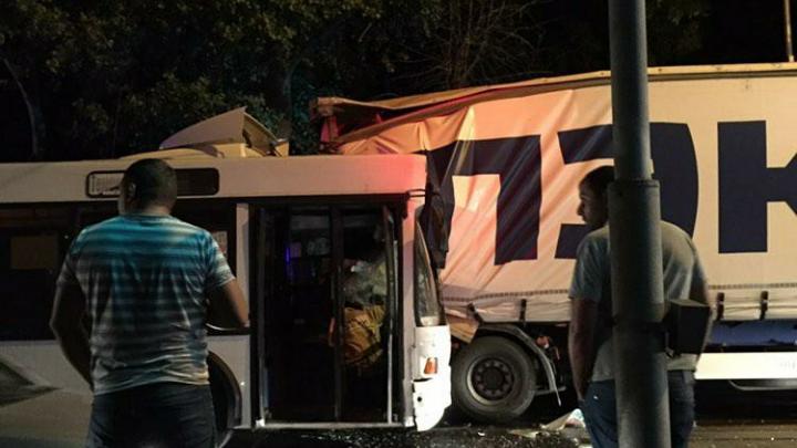 В Ростове на Таганрогской пассажирский автобус врезался в фуру