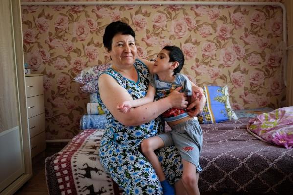 Ильназ и его мамаГульназ живут в Барде