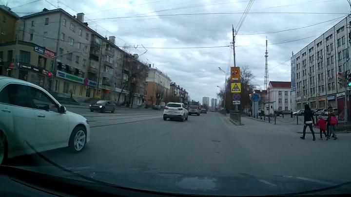 В Екатеринбурге парень из окна иномарки устроил стрельбу по прохожим