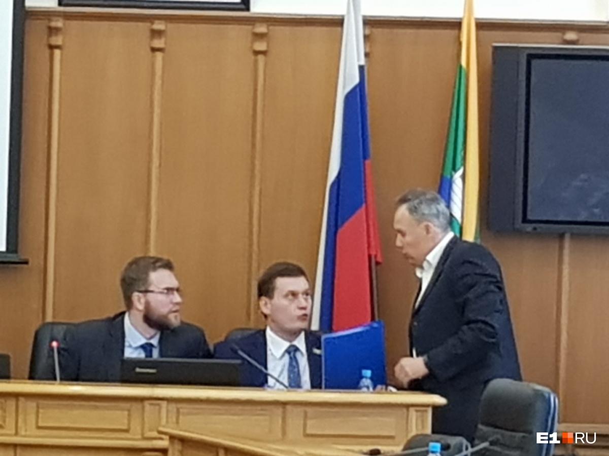 Документы, которые находятся в папках, подписывал Александр Якоб, и Хабибуллин считает, что его можно привлечь к ответственности