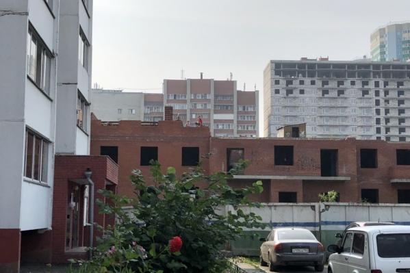 18 августа троих детей на заброшенной стройке заметили жители соседнего дома