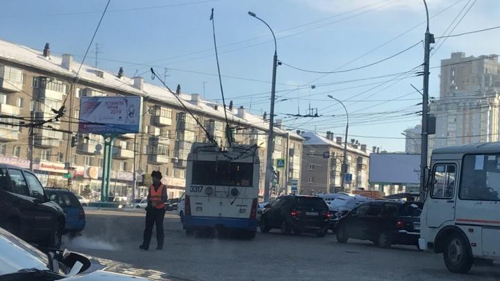 Коллапс рядом с цирком: из-за обрыва линии встал троллейбус