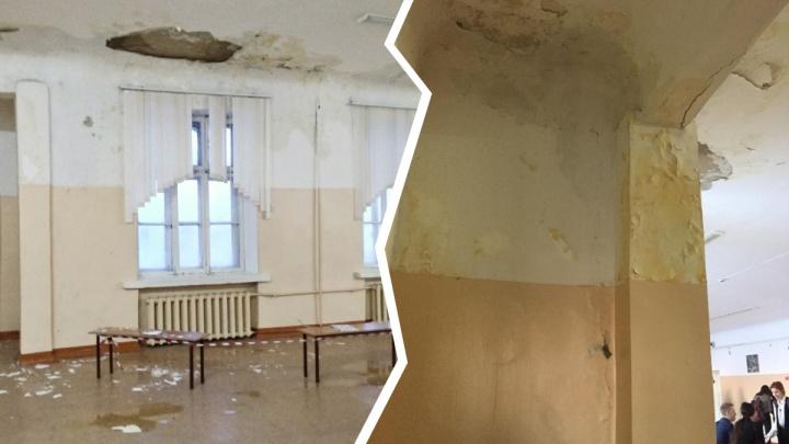 В новосибирской школе с потолка рухнула штукатурка — там не было ремонта больше 20 лет