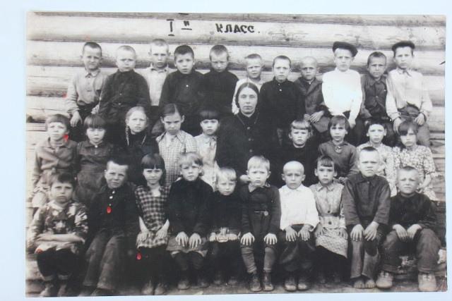 Он вернулся туда, где пошел в первый класс (правый в верхнем ряду — Василий Найденко, первоклассник быструхинской школы)