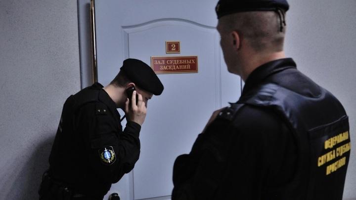 Екатеринбуржец попытался сбить человека, пока у него забирали арестованный за долги автомобиль