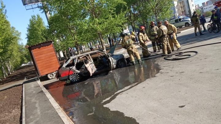 На Широтной сгорела припаркованная «девятка»