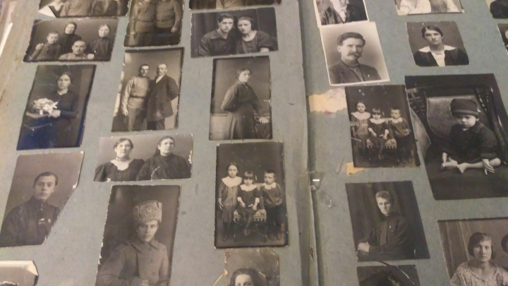 Сибирячка нашла на помойке фотографии столетней давности и ищет хозяев