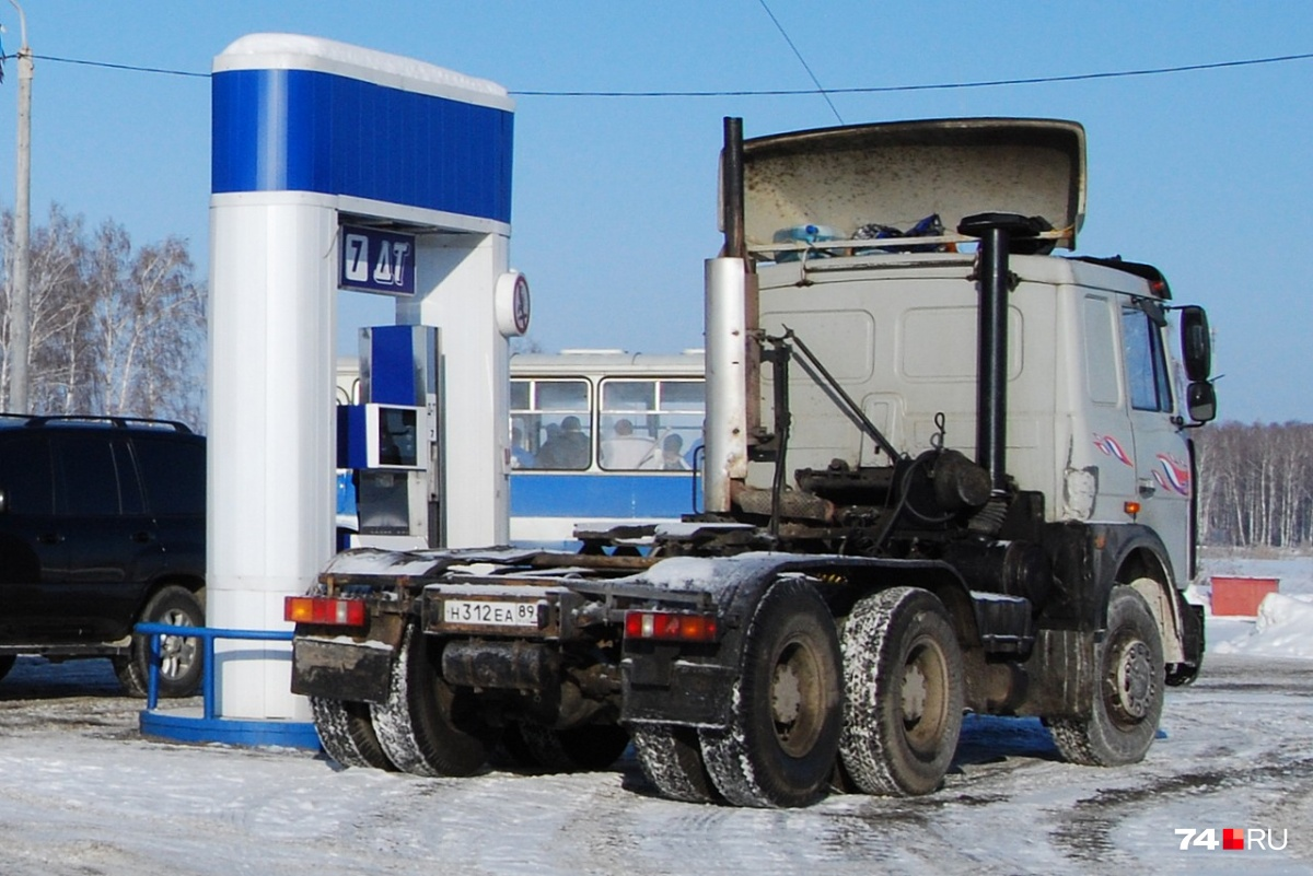 Тревогу забили водители большегрузов, для которых прибавка в 2 рубля за литр весьма ощутима