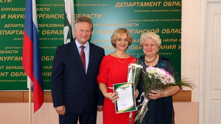 Семь зауральских учителей получили премии по 200 тысяч рублей