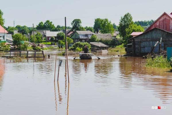 Так сейчас выглядит село Юрла: улицы превратились в реки, а самый подходящий транспорт в ближайшее время — лодки