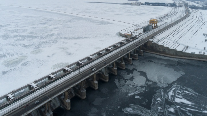 Волжская ГЭС в ледяных объятьях зимы: яркие кадры с высоты птичьего полёта