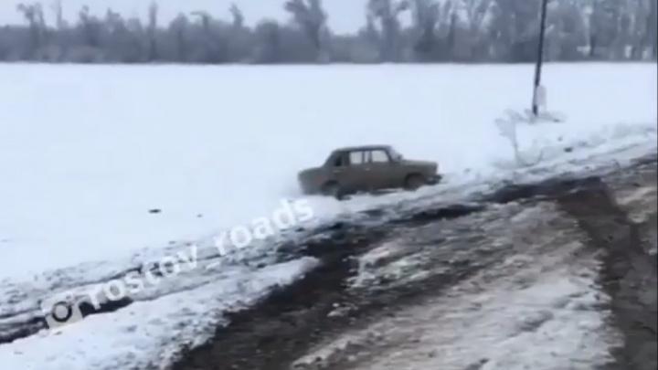 Зря переобулись: с дороги от Северного обхода до аэропорта Платов вылетели несколько автомобилей