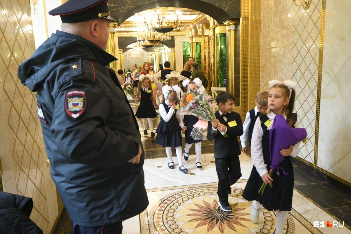 Дети в золотом коридоре