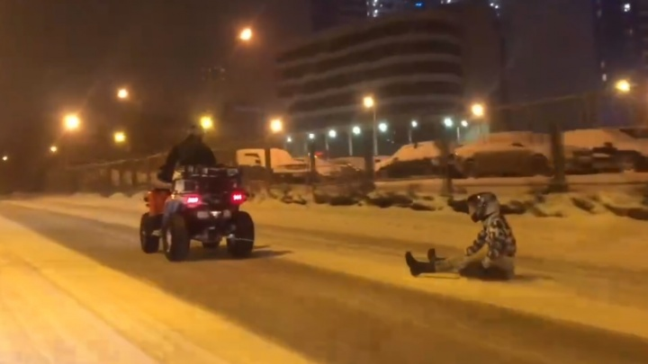 Экстремал ночью проехал весь Екатеринбург, сидя на покрышке: видео