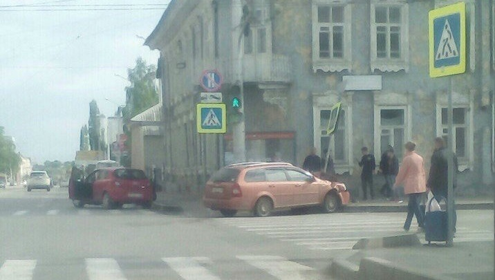 Момент столкновения Chevrolet и Opel на перекрестке в Уфе попал на видео