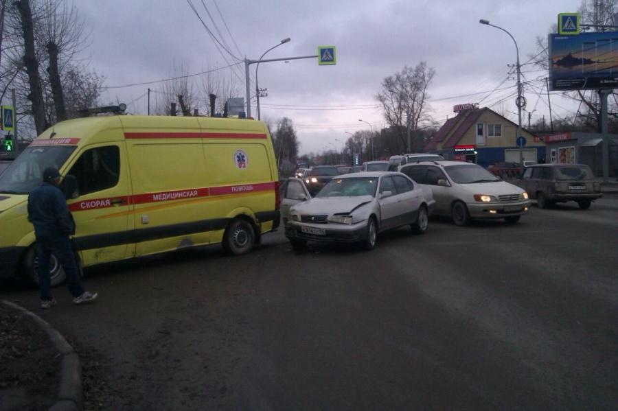 ВНовосибирске иностранная машина протаранила спешащую навызов «Скорую»