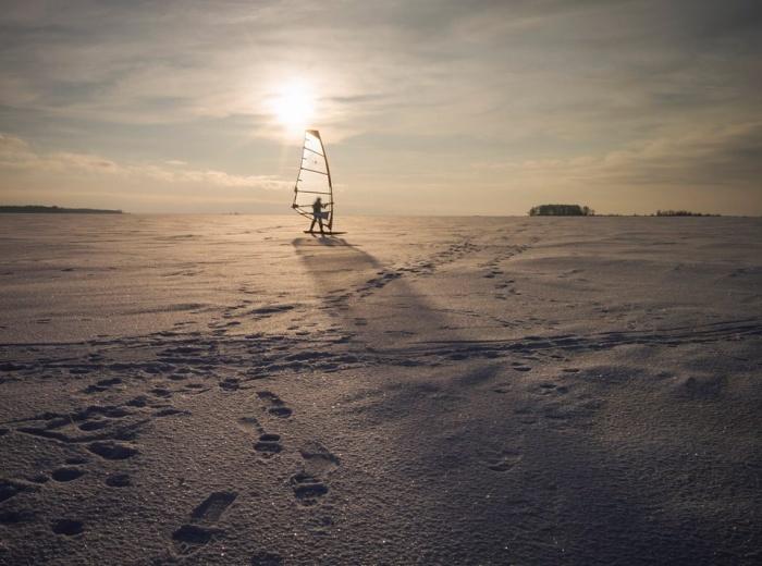 Зимой Обское море привлекает любителей сноукайтинга