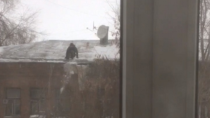 Не дождался помощи от коммунальных служб: самарец счищал ногами сосульки с крыши дома