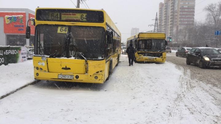 Перевозчик, чьи автобусы столкнулись у ТЦ «Браво», пожаловался на нечищеную дорогу и парковку