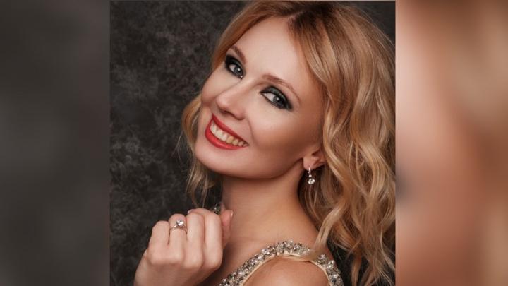 «Была уверена, что конкуренток нет»: самой красивой маме Новосибирска подарили кольцо с изумрудом