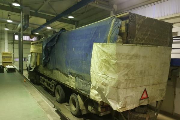 Водитель большегруза тайком пытался вывезти из России сразу шесть транспортных средств
