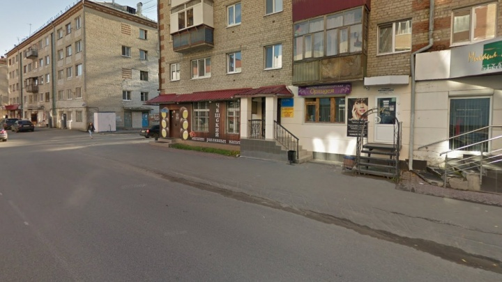 В Тюмени на улице Фабричной водитель сбил пешехода и уехал. Его ищут инспекторы ГИБДД