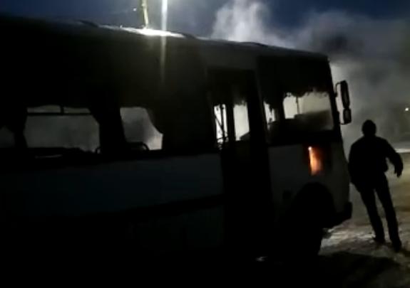 Тушили снегом: в Ярославской области на ходу загорелся автобус с пассажирами