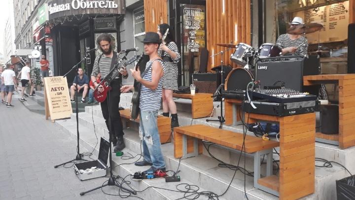 Новосибирцы столпились около кофейни в центре города, чтобы послушать бесплатный концерт