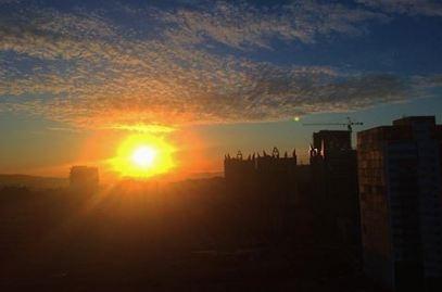 Яркий рассвет озарил небо над Красноярском