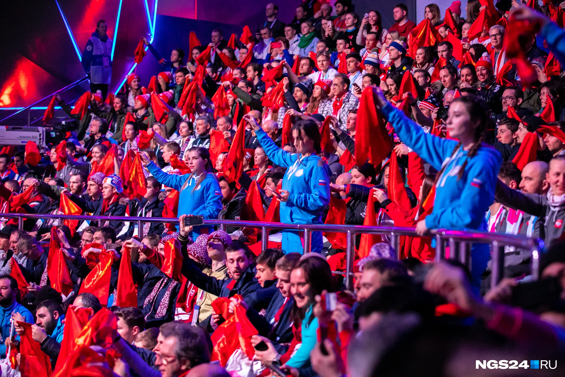 Волонтеры раздали даже зрителям красные платки
