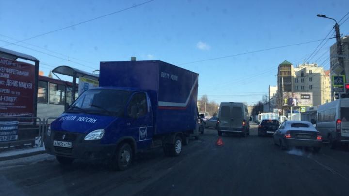 В центре Челябинска маршрутка столкнулась с машиной «Почты России»